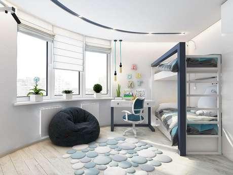 42. Puff fofão preto para quarto clean decorado com beliche planejado e escrivaninha branca – Foto: Jeito de Casa