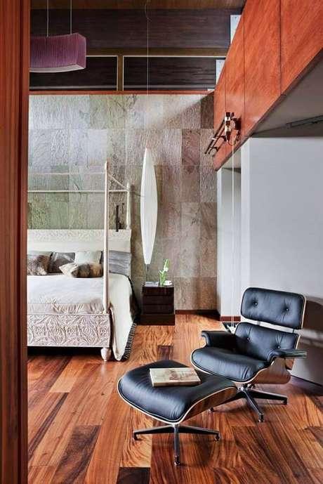 64. A pedra de revestimento miracema amarela foi usada na parede da cabeceira da cama. Fonte: Pinterest