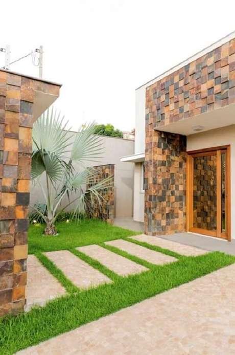 47. Fachada e entrada da casa com revestimento de pedra ferro. Fonte: Pinterest