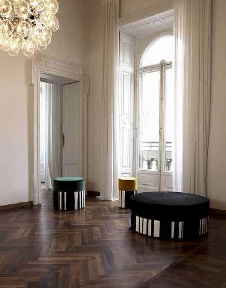 33. Modelo de puff preto redondo com detalhe listrado – Foto: Lorenza Bozzoli Design