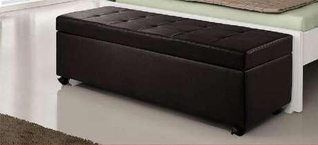 43. Modelo de puff preto baú para decoração de quarto simples – Foto: Pinterest
