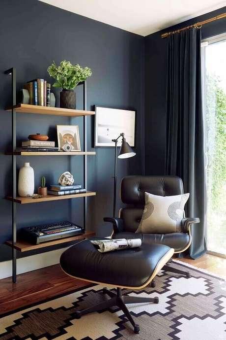 37. Poltrona com puff preto para decoração de sala com parede preta – Foto: Follow the Colours