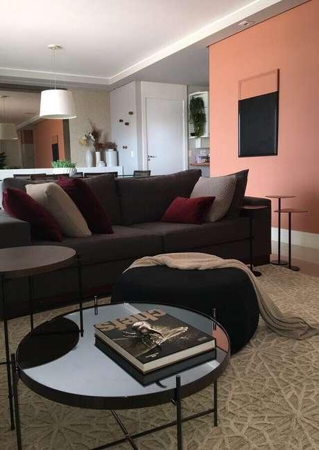 50. Puff preto redondo para sala de estar decorada com sofá cinza – Foto: Studio Elen Saravalli