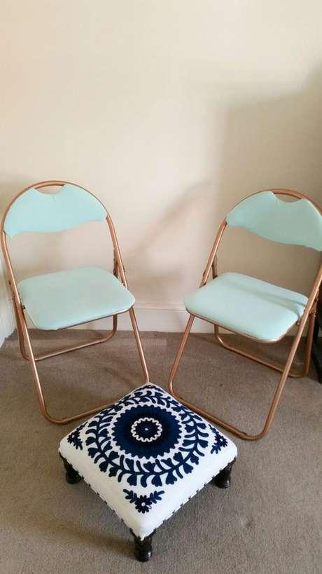48. Cadeira de ferro dobrável com estofado azul – Foto Style and Sewing