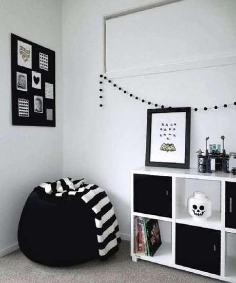 41. Decoração simples e minimalista com puff fofão preto – Foto: Jeito de Casa