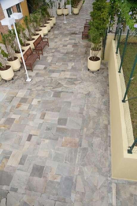56. Área externa com revestimento de pedra São Tomé no piso. Fonte: Pinterest