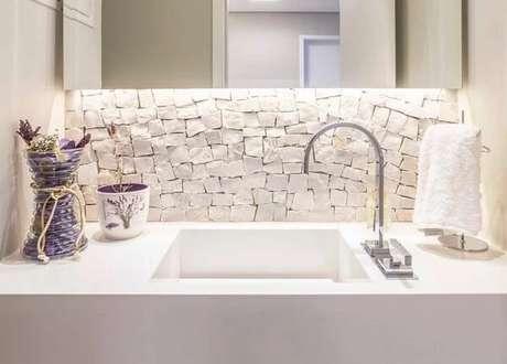 8. Revestimento de pedra portuguesa branca traz um toque sutil no banheiro. Fonte: Archduo Arquitetura