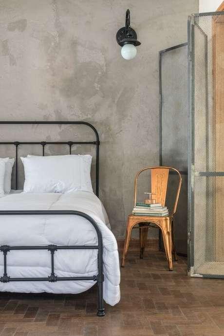 33. Quarto industrial com cadeira de ferro ao lado da cama – Foto Pinterest