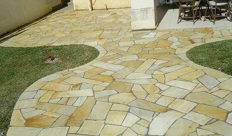 57. Área de lazer pequena com pedra São tomé amarela. Fonte: Pinterest