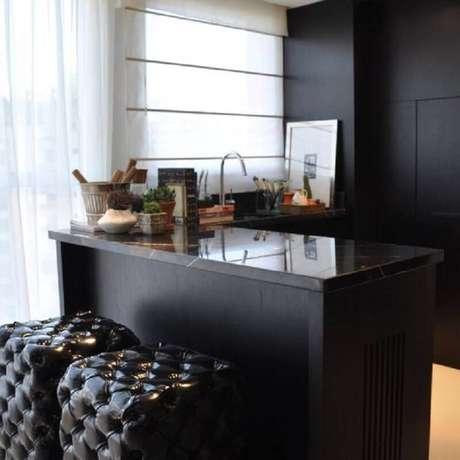 6. Decoração de cozinha americana com puff preto capitonê para bancada de cozinha – Foto: Pinterest
