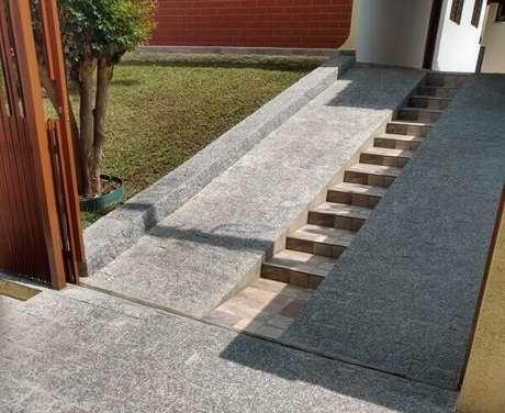 63. A pedra de revestimento miracema é muita usada em projetos de rampas e calçamentos. Fonte: Nathalia Inson