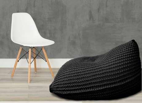 16. Decoração com cadeira eames branca e puff fofão preto de crochê – Foto: Elo7