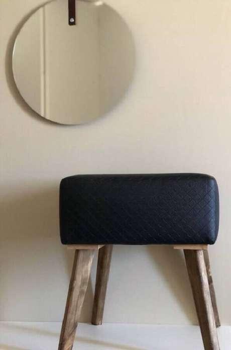 19. Decoração com puff banqueta preto e espelho redondo – Foto: Pinterest