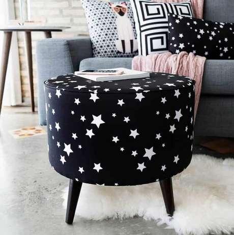 8. Decoração com puff preto redondo com estampa de estrelas brancas – Foto: Andreas Móveis