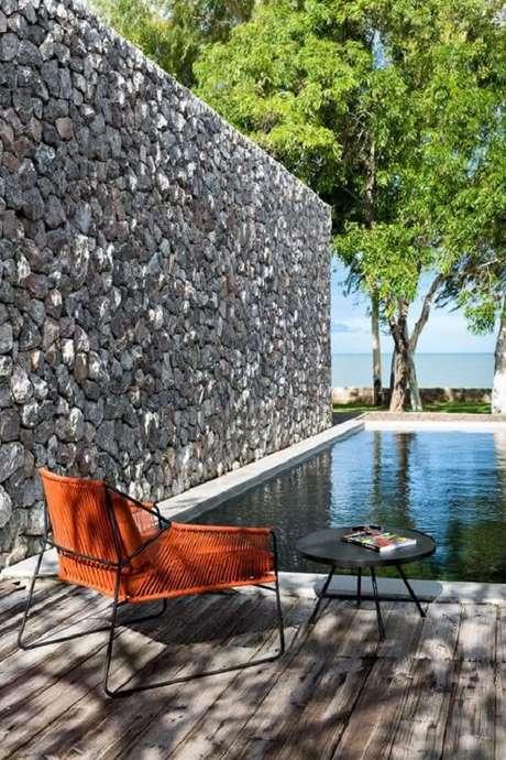1. Revestimento de pedra natural cinza na área da piscina. Fonte: Pinterest