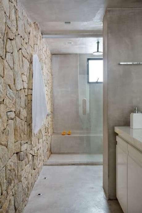 42. O revestimento de pedra decora o banheiro desse imóvel. Fonte: Revista Casa e Jardim