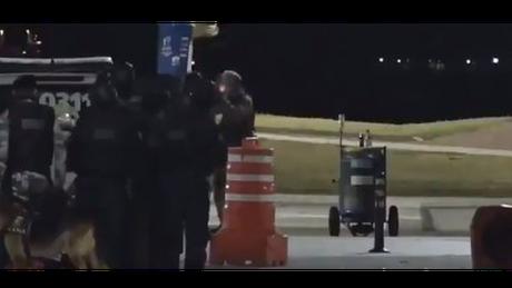 Reprodução do vídeo que mostra momento em que policial é baleado por colegas