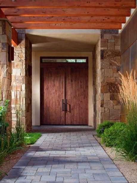 6. Entrada de casa feita com revestimento de pedra São Tomé. Fonte: Pinterest