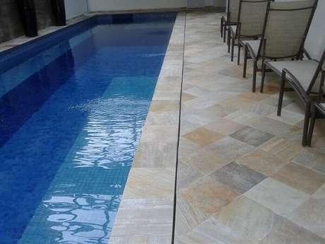16. Revestimento de pedra São Tomé no piso da piscina. Fonte: Pinterest