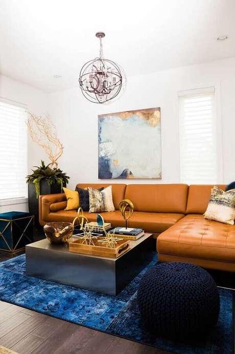24. Puff preto redondo de crochê para decoração de sala de estar com sofá marrom com chaise – Foto: Histórias de Casa