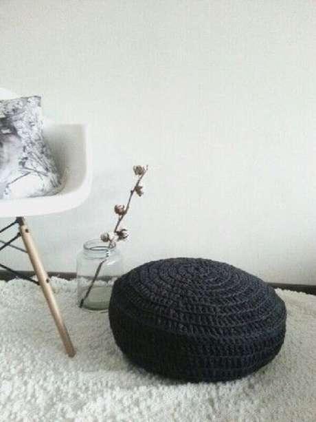 1. Decoração minimalista com puff preto redondo de crochê – Foto: Decofilia