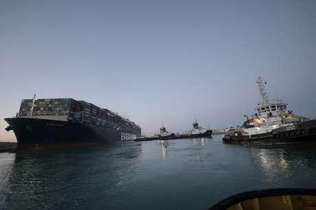 Uma imagem mostra o navio porta-contêineres Ever Given, um dos maiores porta-contêineres do mundo, depois de parcialmente reflutuado, no Canal de Suez 29/03/2021 Suez Canal Authority/Handout via REUTERS