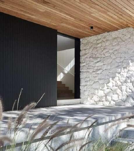 30. Pedra para revestimento de parede: pedra madeira branca se conecta com o forro de madeira. Fonte: Pinterest