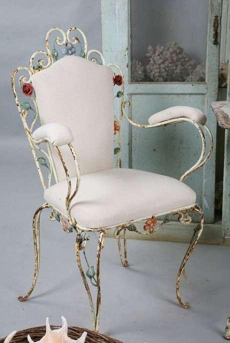 42. Cadeira de ferro branca com detalhes de flores – Foto Flickr