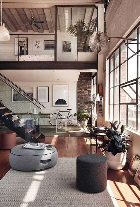 12. Casa conceito aberto moderna decorada com puff preto e cinza – Foto: Home Fashion Trend