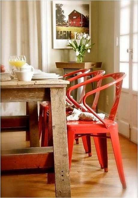26. Decoração rustica com cadeira de ferro – Foto Pinterest