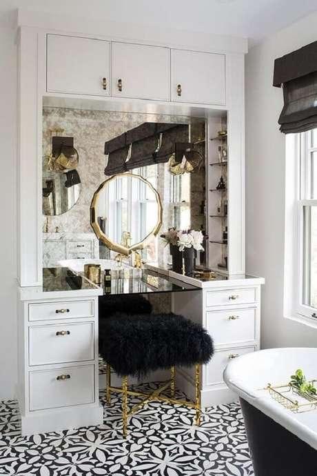 15. Decoração clássica com penteadeira branca e puff banqueta preto de pelos – Foto: Home Fashion Trend