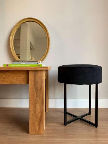 22. Decoração de sala com mesa de madeira e puff banqueta preto moderno – Foto: Pinterest
