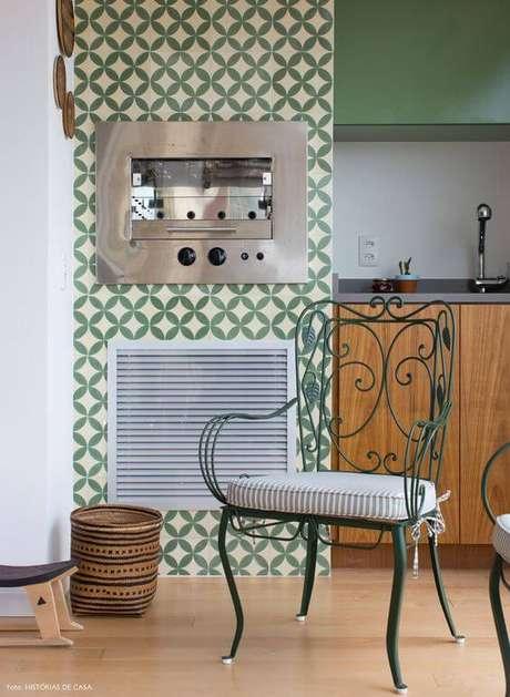 4. Cadeira de ferro verde para cozinha – Foto Histórias de Casa