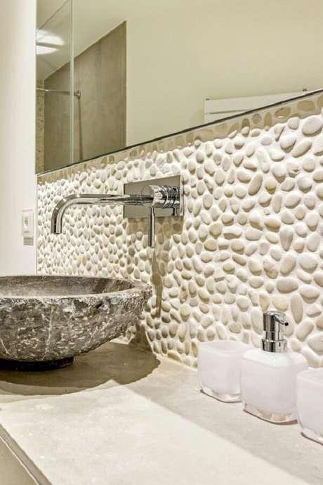 33. Os seixos brancos são usados como pedra para revestimento de parede. Fonte: Rudy Art