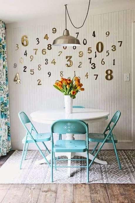 24. Cozinha com cadeira de ferro azul – Foto Pinterest