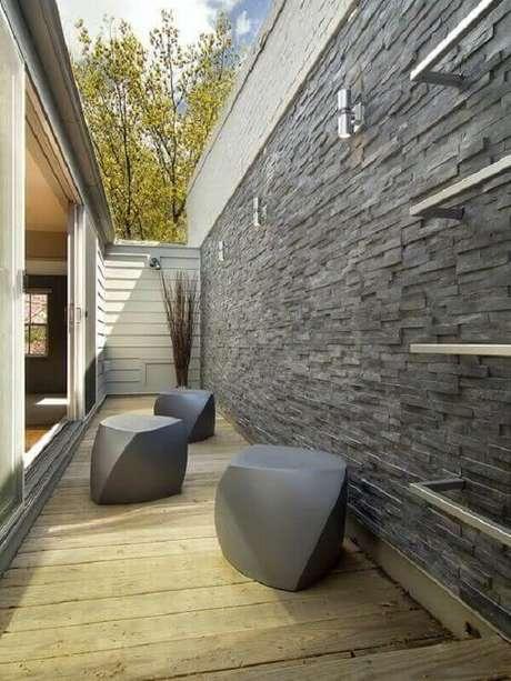 50. Corredor com revestimento de pedra ardósia traz sofisticação ao ambiente. Fonte: Pinterest