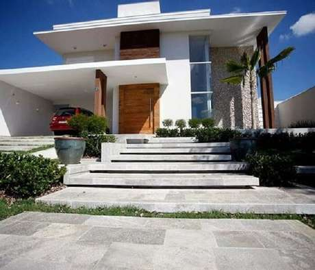 48. Escada com revestimento de pedra São Tomé branca. Fonte: Pinterest