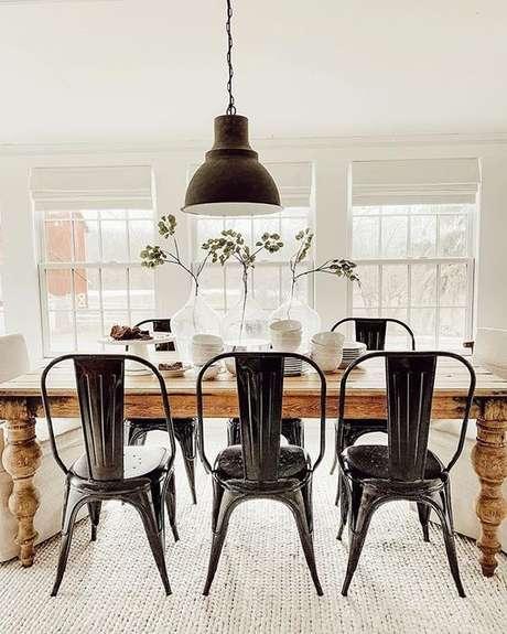 1. Decoração rustica com cadeira de ferro preta – Foto Liz Marie Blog