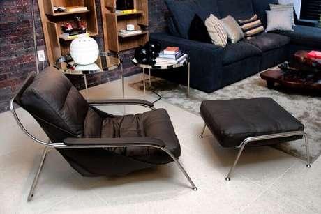 38. Poltrona com puff preto para decoração de sala de estar – Foto: Juliana Pippi