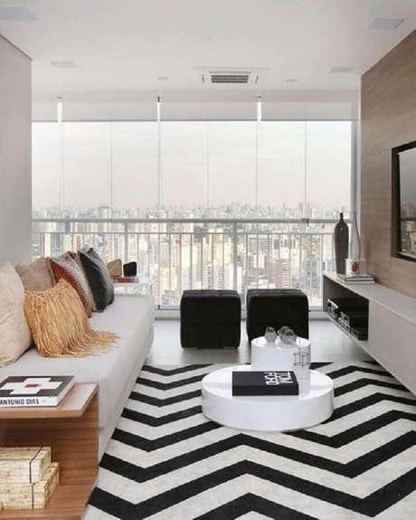10. Decoração clean com puff preto quadrado para sala com tapete chevron – Foto: Jeito de Casa