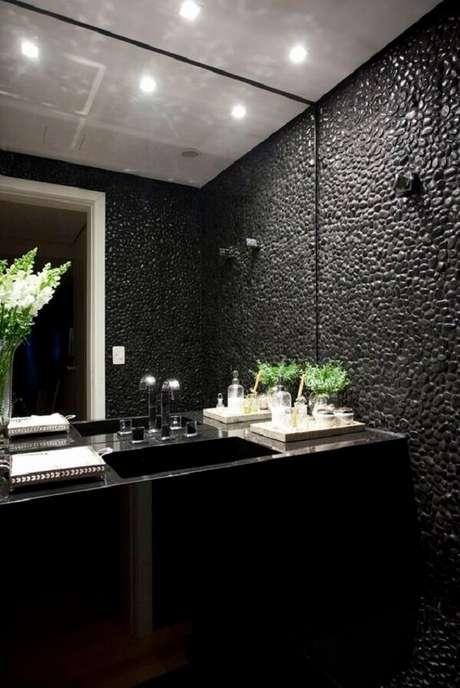 35. O seixo preto usado como pedra de revestimento deixa o banheiro ainda mais luxuoso. Fonte: Triplex Arquitetura