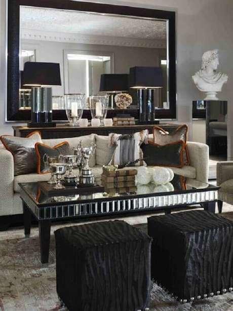 28. Sala de estar sofisticada decorada com puff preto quadrado e mesa de centro espelhada – Foto: Etsy