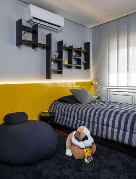 40. Puff fofão preto para quarto de solteiro moderno decorado com cabeceira amarela planejada – Foto: Casa de Valentina