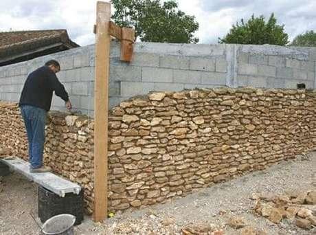 4. Pedra para revestimento de parede: a instalação de pedra madeira exige mão de obra especializada. Fonte: Pinterest