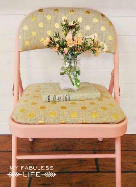 46. Cadeira de ferro com estofado estampado – Foto Casa Abril