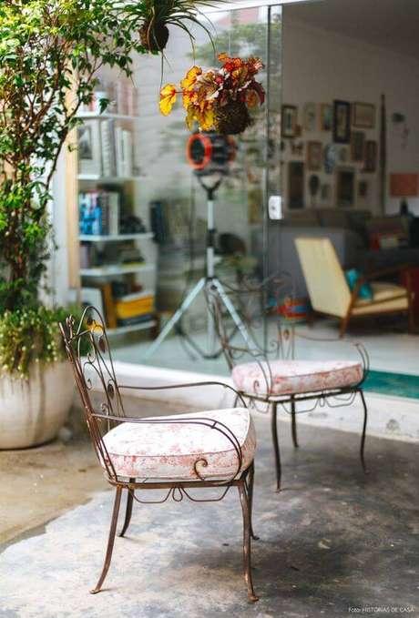 38. Varanda com cadeira de ferro e estofado – Foto Historias de Casa