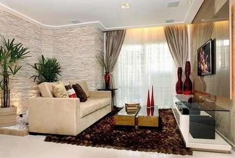 39. O revestimento de pedra para sala de estar foi feito com filetes de pedra São Tomé. Fonte: Piso de Pedra