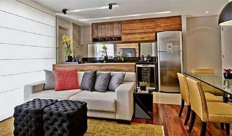 26. Puff preto quadrado para sala de estar decorada com sofá cinza claro – Foto: LIV Decora