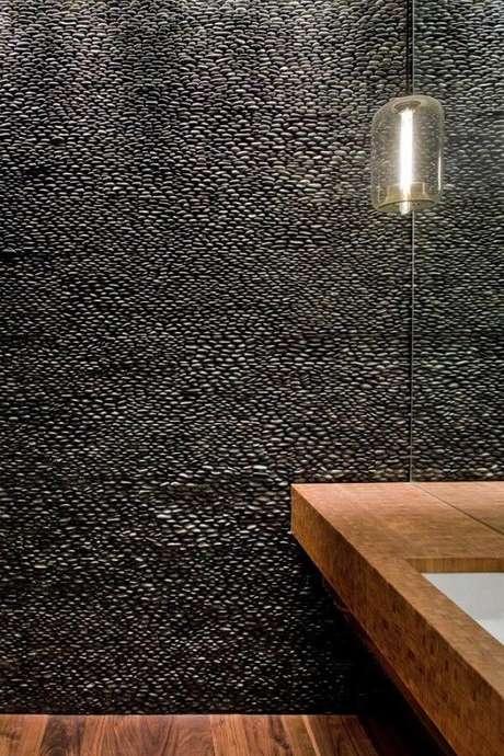 43. O revestimento de parede do lavabo foi feito com seixos pequenos. Fonte: Pinterest