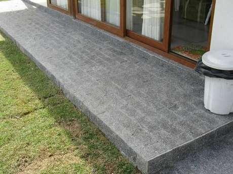 13. Revestimento de pedra miracema para a calçada do imóvel. Fonte: Habitissimo